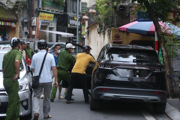 Cảnh sát và người dân đập kính, khống chế tài xế ô tô đại náo phố Hà Nội - Ảnh 1.