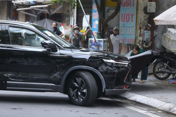 Cảnh sát và người dân đập kính, khống chế tài xế ô tô đại náo phố Hà Nội - Ảnh 3.