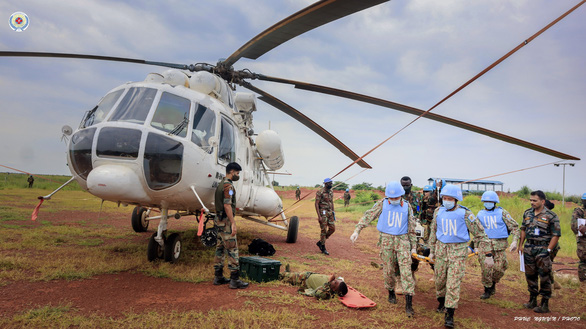 Bác sĩ mũ nồi xanh diễn tập vận chuyển cấp cứu bằng đường không ở Nam Sudan - Ảnh 1.