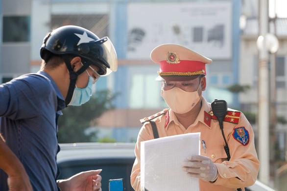Hà Nội xem xét không kiểm soát giấy đi đường ở 19 quận huyện bình thường mới - Ảnh 1.