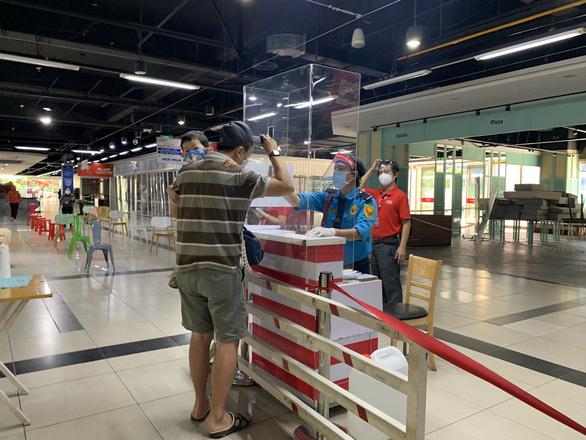 Người dân quận 7 mừng rỡ đi siêu thị, quán ăn liên tục chốt đơn qua app - Ảnh 7.