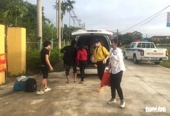 Hà Tĩnh tiếp nhận 8 công nhân vụ ngồi trong thùng đông lạnh vượt chốt về quê - Ảnh 2.
