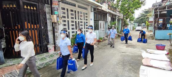 Vào hẻm sâu, khu trọ nghèo tại TP.HCM hỗ trợ F0 và người lao động - Ảnh 2.