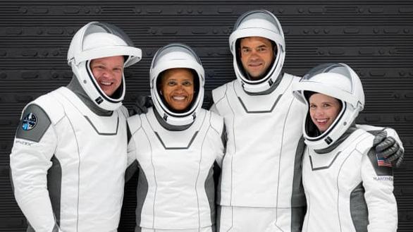 SpaceX đưa phi hành gia không chuyên lên vũ trụ - Ảnh 1.
