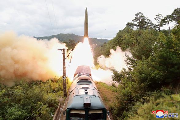 Triều Tiên phát triển hệ thống tên lửa đạn đạo mới, bắn từ xe lửa - Ảnh 1.