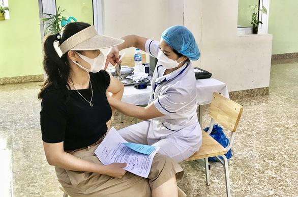 Quảng Ninh phấn đấu đến 20-9 hoàn thành tiêm vắc xin mũi 1 cho người dân - Ảnh 1.