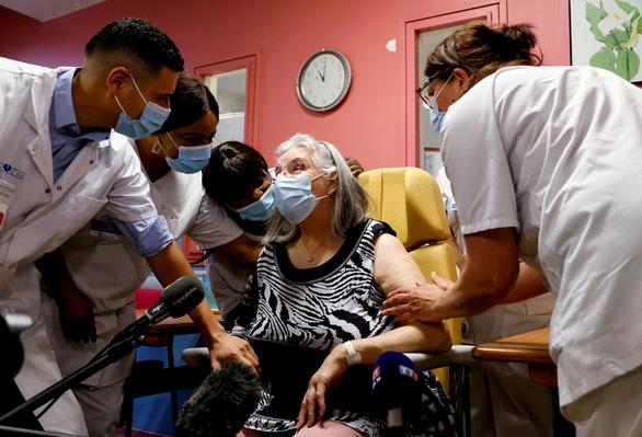 Pháp vượt Mỹ về tỉ lệ tiêm chủng vắc xin COVID-19 sau khởi đầu chậm chạp - Ảnh 1.