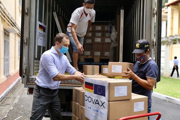 Hơn 850.000 liều vắc xin AstraZeneca Đức tặng Việt Nam tới Hà Nội - Ảnh 1.