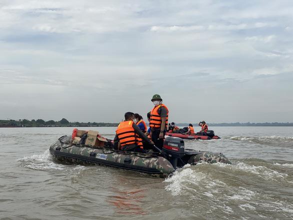 Chạy xuồng hơi đến tặng quà cho người dân làng chài ven sông Hồng - Ảnh 1.