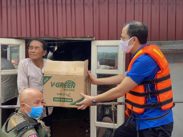 Chạy xuồng hơi đến tặng quà cho người dân làng chài ven sông Hồng - Ảnh 2.