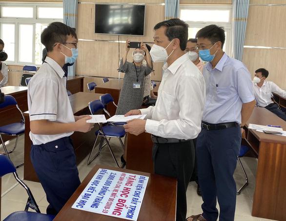 Bệnh viện Chợ Rẫy trao học bổng 'đỡ đầu' cho học sinh mất cha mẹ vì COVID-19 - Ảnh 1.