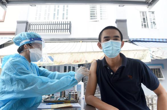 TP.HCM: Hơn 500.000 người chưa tiêm vắc xin, gần 1,8 triệu người cần tiêm mũi 2 - Ảnh 1.
