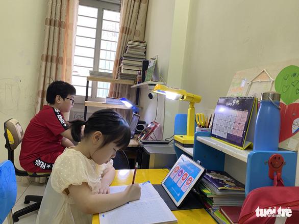 Cấp tiểu học ở TP.HCM sẽ học online mỗi tiết chỉ 20-25 phút - Ảnh 1.