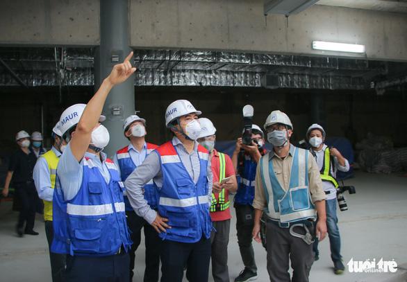 Thứ trưởng Bộ Xây dựng kiểm tra công trường nhà ga metro Bến Thành - Ảnh 1.