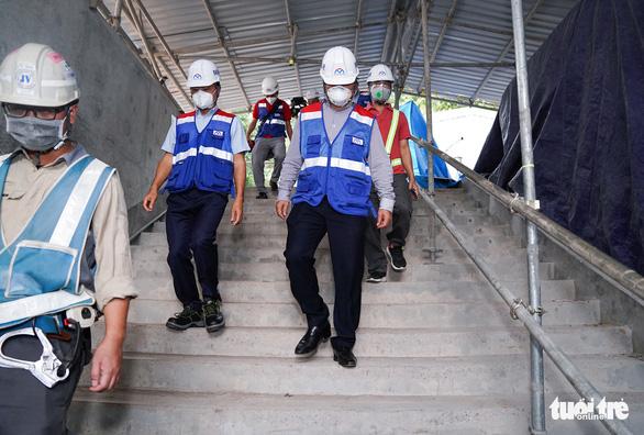 Thứ trưởng Bộ Xây dựng kiểm tra công trường nhà ga metro Bến Thành - Ảnh 2.