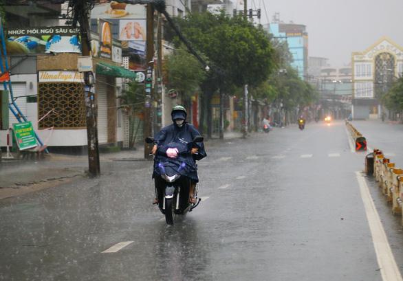 Đầu tuần tới, TP.HCM có mưa to kèm dông gió nguy hiểm - Ảnh 1.