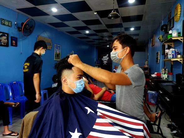 4 huyện TP Cần Thơ xuống chỉ thị 15, dân vui mừng đi mua sắm, cắt tóc - Ảnh 3.