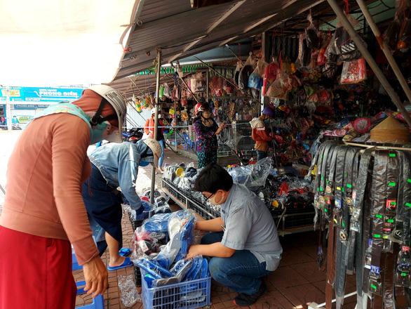 4 huyện TP Cần Thơ xuống chỉ thị 15, dân vui mừng đi mua sắm, cắt tóc - Ảnh 1.