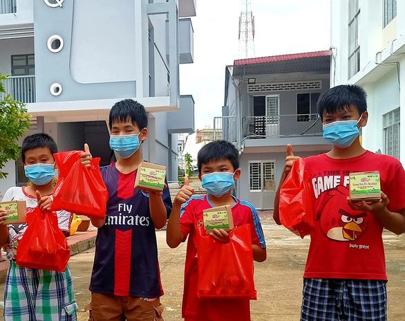 Hơn 850 phần quà bánh Trung thu cho trẻ em mồ côi TP Cần Thơ - Ảnh 1.