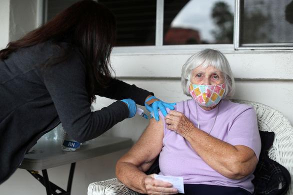 Ủy ban cố vấn FDA khuyến nghị tiêm liều tăng cường cho người già - Ảnh 1.