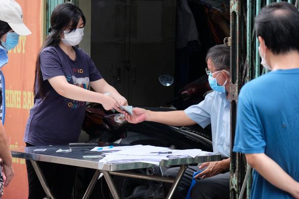 Người dân lên phường phản ánh không được cứu trợ, Thủ tướng chỉ đạo TP.HCM rà soát khẩn - Ảnh 1.