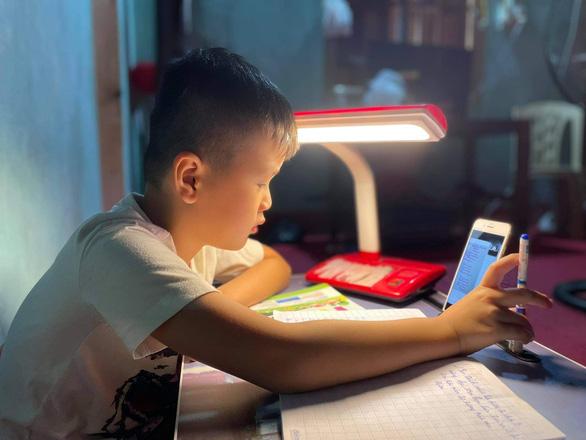 Dạy trực tuyến cho học sinh tiểu học: Nên tiếp tục hay dừng? - Ảnh 1.