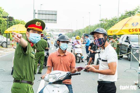 19 quận, huyện Hà Nội 'nới' giãn cách, dân ra - vào thủ đô ra sao? - Ảnh 1.