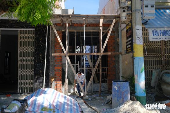 Đà Nẵng: Doanh nghiệp xây dựng than khó xin giấy đi đường, công trình dang dở - Ảnh 1.