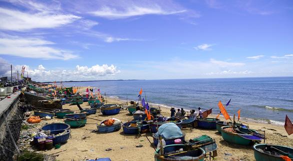Ngư dân Phước Hải ngóng ngày mở biển - Ảnh 1.