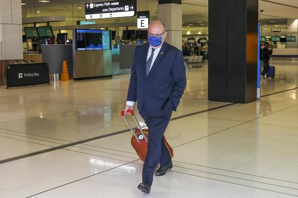 Đại sứ Pháp kéo vali rời Úc, chỉ ước có cỗ máy thời gian - Ảnh 1.