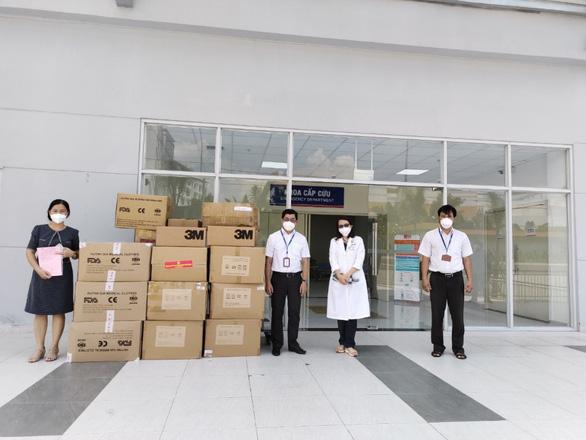 EVNHCMC trao tặng vật tư y tế cho Bệnh viện truyền máu huyết học TP.HCM - Ảnh 1.