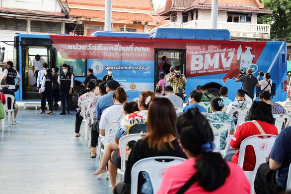 Thái Lan tăng tốc phủ vắc xin 50% dân số, người dân học sống chung với virus - Ảnh 1.