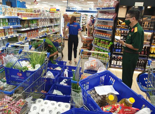 Giao hàng gặp khó, bán hàng online quá tải, siêu thị đang tìm cách - Ảnh 1.