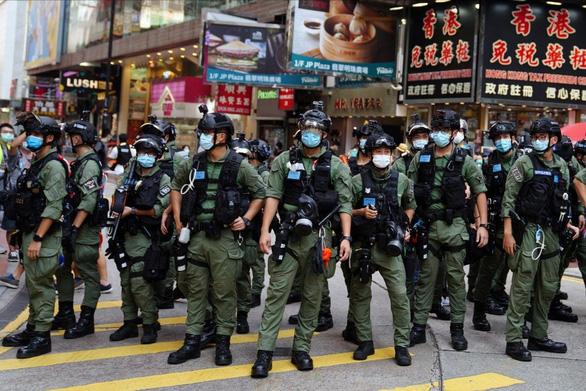 Bầu cử ở Hong Kong: Cảnh sát đông hơn người đi bỏ phiếu - Ảnh 1.