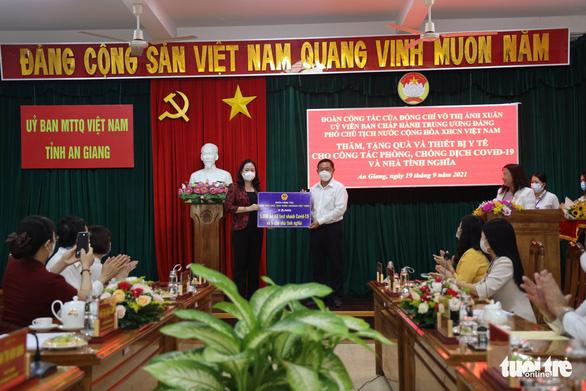 Phó chủ tịch nước tặng 5.000 kit xét nghiệm và 5 nhà tình nghĩa cho An Giang - Ảnh 1.