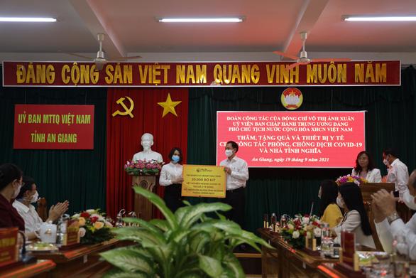 Phó chủ tịch nước tặng 5.000 kit xét nghiệm và 5 nhà tình nghĩa cho An Giang - Ảnh 2.