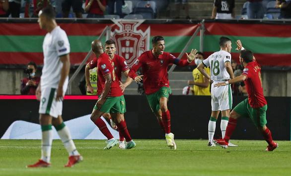 Ronaldo lập kỷ lục ghi bàn mới, Bồ Đào Nha lội ngược dòng nghẹt thở CH Ireland - Ảnh 3.