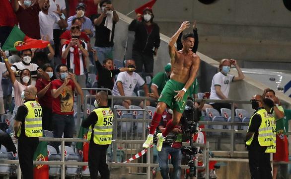 Ronaldo lập kỷ lục ghi bàn mới, Bồ Đào Nha lội ngược dòng nghẹt thở CH Ireland - Ảnh 4.
