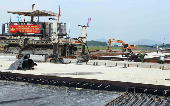 Cảnh cáo 2 nhà thầu dự án cải tạo, nâng cấp đường băng sân bay Nội Bài - Ảnh 1.