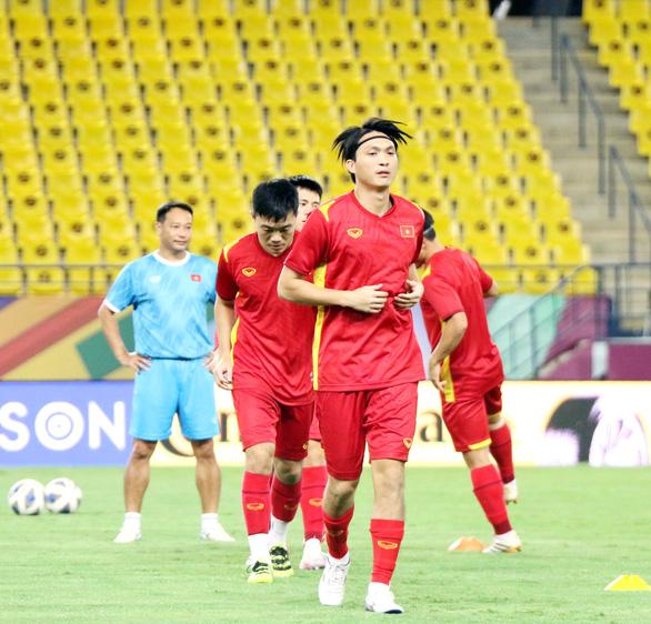 Đội tuyển Việt Nam làm quen với sân thi đấu King Saud University - Ảnh 2.