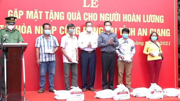 An Giang tổ chức gặp mặt, tặng 471 phần quà cho người hoàn lương tái hòa nhập cộng đồng - Ảnh 2.