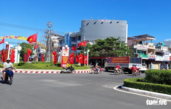 Vụ cấp giấy đi đường thu 10.000 đồng ở Ninh Thuận: Cách chức chủ tịch UBND phường - Ảnh 1.