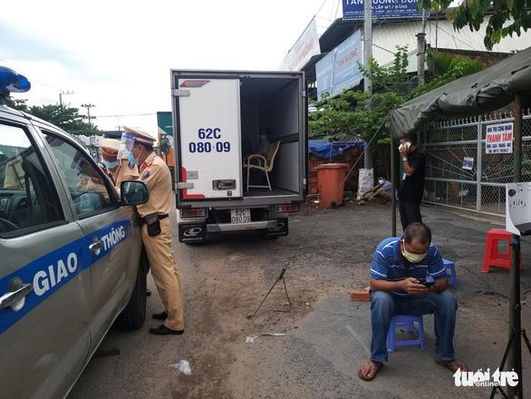 Dán logo xe vận chuyển từ thiện chở người trái phép qua chốt kiểm dịch - Ảnh 1.