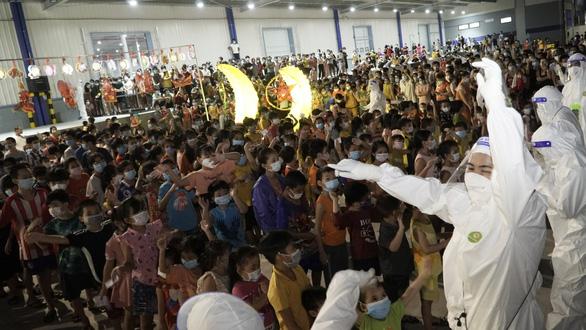 Lễ Trung thu đặc biệt của 1.200 trẻ em F0 trong khu điều trị lớn nhất Bình Dương - Ảnh 1.