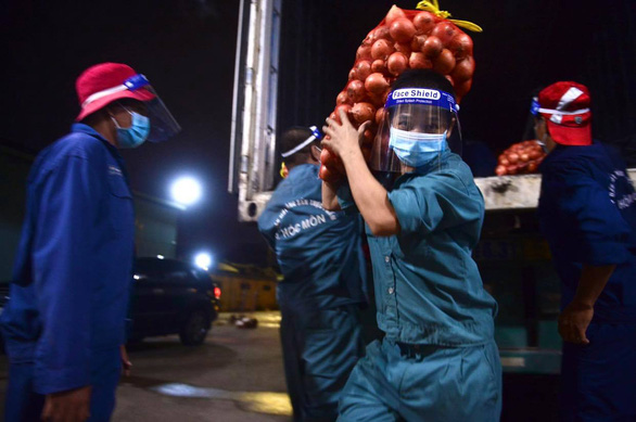 Hành tây Lào Cai, bắp cải Đà Lạt... nhộn nhịp đổ về điểm tập kết tại chợ đầu mối Hóc Môn - Ảnh 2.