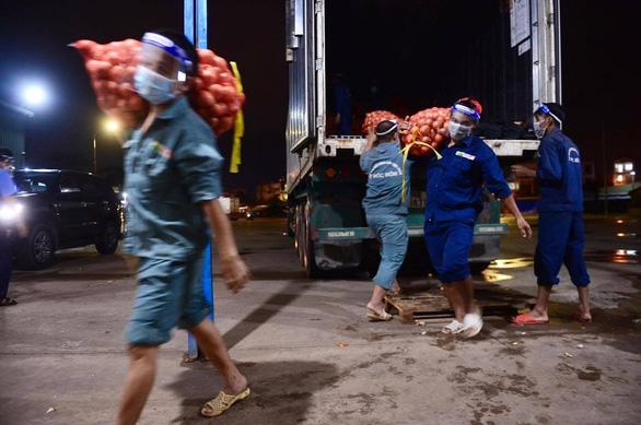 Hành tây Lào Cai, bắp cải Đà Lạt... nhộn nhịp đổ về điểm tập kết tại chợ đầu mối Hóc Môn - Ảnh 3.