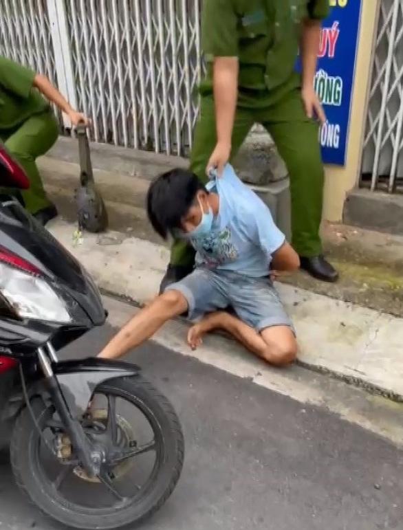 Bị kiểm tra, thanh niên giấu ma túy trong người rút dao đâm công an - Ảnh 1.