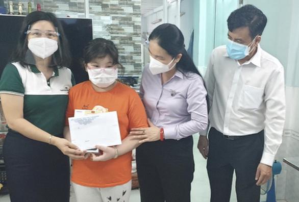 TP.HCM: Tặng thiết bị học trực tuyến cho 369 học sinh khó khăn - Ảnh 1.