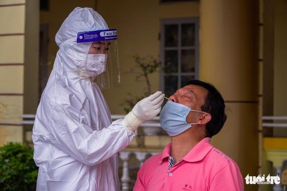 Hà Nội: Yêu cầu làm rõ việc trả phí test COVID-19 khi vào viện điều trị - Ảnh 1.