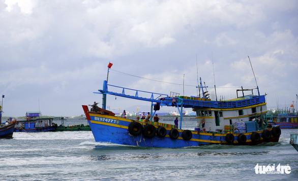 Vũng Tàu: Hàng chục tàu hậu cần ra biển tiếp tế ngư dân - Ảnh 1.